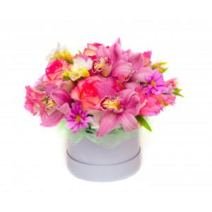 Box z mieszanymi kwiatami w...
