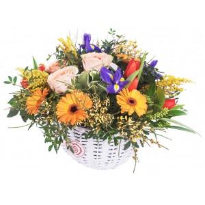 Kosz z mieszanymi kwiatami